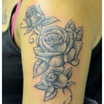 Tatouage roses noir et gris