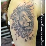 Tatouage lion et fleurs