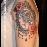 Tatouage portrait et roses