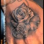 Tatouage rose et cadenas