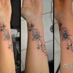 Tatouage floral sur poignet
