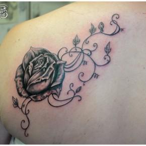 Tatouage de rose noire et arabesques