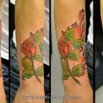 Tatouage de rose et flammes en couleurs