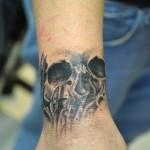 Tatouage de crâne sur poignet