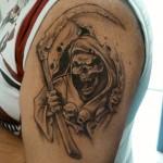 Tatouage de la mort sur l'épaule