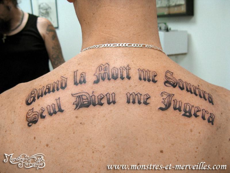 Tatouage de phrase dans le dos