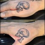 Tatouage crane sur main