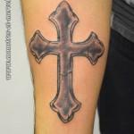 Tatouage de croix en pierre