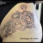 Tatouage montre et masque venise
